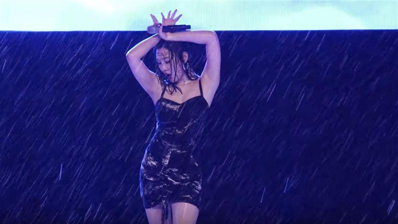韓國女神暴雨中賣命熱舞!網嘆太偉大