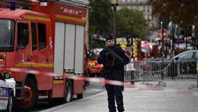 法國巴黎市中心警察總部3日有一名男子揮刀刺殺了4名警察,被其他警察開槍射殺,警察總部大樓一帶拉起了封鎖線。(法新社提供)