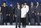 星宇航空制服發表會董事長張國煒與設計師林尹培袞。(圖/記者林士傑攝影)
