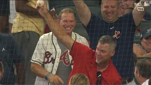 ▲勇士名人堂三壘手瓊斯(Chipper Jones)觀眾席秀美技。(圖/翻攝自MLB官網)