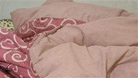 女網友爆怨,自家男友裸睡,棉被超臭,都是睪丸味。(圖/翻攝自爆怨公社)