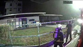 台中市大雅免洗餐具工廠大火,殉職的消防員張哲嘉在消防車旁穿戴好裝備,準備投入勤務。(圖/翻攝畫面)