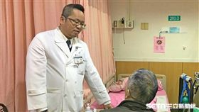 台北慈濟醫院腦神經科醫師定期前往關懷下轉至承作醫院的病患。(圖/台北慈濟醫院提供)