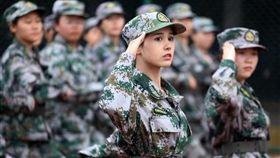 中國大陸女大生因高顏值軍訓照走紅