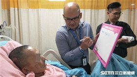 駐台北印尼經濟貿易代表處人員確認布迪的資料。(圖/童綜合醫院提供)