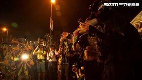 示威者宣讀《香港臨時政府宣言》(圖/特約記者王志杰攝影)