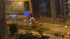 香港示威越來越猛!黃色「怪手」直接開上街 網友讚超天才(圖/翻攝自史提芬 榮臉書)