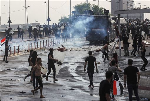 伊拉克反政府示威延燒,鎮暴警察以強力水柱和催淚瓦斯清場,甚至以實彈驅趕示威群眾。據半島電視台報導,包括4名警察在內,這一波抗議潮已經造成44人喪生。圖為1日於巴格達解放廣場的示威現場。(檔案照片/法新社提供)