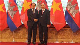 越柬總理會談 承諾不讓第3國建軍事基地柬埔寨總理洪森與越南總理阮春福4日在河內市會談,一致同意深化兩國關係,堅持不允許任何組織或個人使用本國領土危害對方國家安全的原則。中央社河內攝 108年10月4日