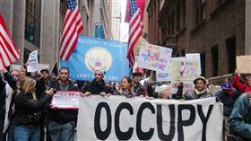 2011年一群不滿經濟不公平的民眾透過網路號召,在曼哈頓金融區發起「占領華爾街」運動。(中央社檔案照片)