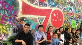 中國遊客在捷克反共牆,藍儂牆上噴漆慶中共國慶,捷克人火大神反擊。(圖/翻攝自微博)