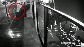 故意扯落中國國旗!33歲男慘被逮捕「坐牢12天」(圖/翻攝自微博)