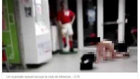 比利時足球隊性醜聞,球員集體大戰裸女。(圖/翻攝自sudinfo.be網站)