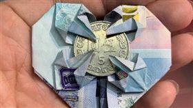 (16:9)網友用紙鈔與銅板告訴大家簡單生意的道理,無奈台灣低薪,技術不值錢。(圖/翻攝自爆怨公社)