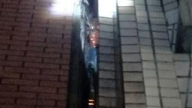 救火弄濕家具差點遭求償 消防員深感無奈嘉義市日前發生消防人員破門救人、射水滅火以免延燒導致更大災損,卻因弄濕家具差點遭民眾求償事件,讓冒險救援的消防員們感到十分無奈。圖為事發當時兩戶共用牆壁的板模起火燃燒。(嘉義市消防局提供)中央社記者黃國芳傳真 108年10月5日