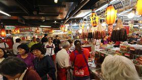南門市場匯集各地菜系(1)南門市場內攤商具備多年歷史,而販售食材匯集特色南北乾貨、菜餚、餐點,其他傳統市場較像是社區型市場,南門市場販售商品較具特色,消費客群也遍布全台甚至國外。中央社記者張皓安攝 108年10月6日