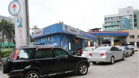 油價大漲 加油趁早(2)自14日凌晨零時起,台灣中油將調升汽、柴油價格,每公升漲幅皆逾1元,台北市區加油站13日午後湧入許多車輛,大排長龍等待加油。中央社記者鄭傑文攝  108年1月13日