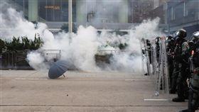 香港金鐘道警民衝突大批反送中示威者29日下午3時許占據金鐘夏愨道及金鐘道一帶,約莫下午4時,防暴警察開始採兩人一組方式,連續朝著前方的示威者雨傘防禦陣地,狂射至少10枚催淚彈以及布袋彈。中央社記者張謙香港攝 108年9月29日