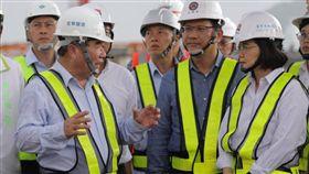 蔡英文總統6日二度赴南方澳視察並指示交通部務必加快腳步,儘速完成斷橋拆除及新橋興建的後續重建工作。(圖/翻攝蔡英文臉書)