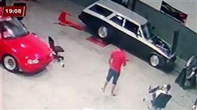 踩油門試車…離合器突炸開 金屬片削過技師脖子噴血亡(圖/翻攝自Cidade Alerta Paraná YOUTUBE)