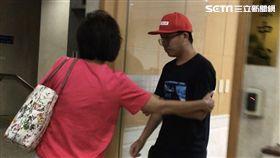 中國男子李紹東闖入台大校園,破壞連儂牆,被依毀損罪限制出境出海,未來在台灣接受審判後,將被驅逐出境,5年內不得入台。(圖/記者楊佩琪攝)