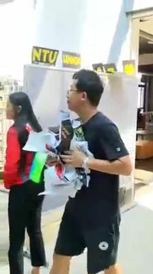台灣大學連儂牆遭陸客夫妻撕毀(翻攝畫面)