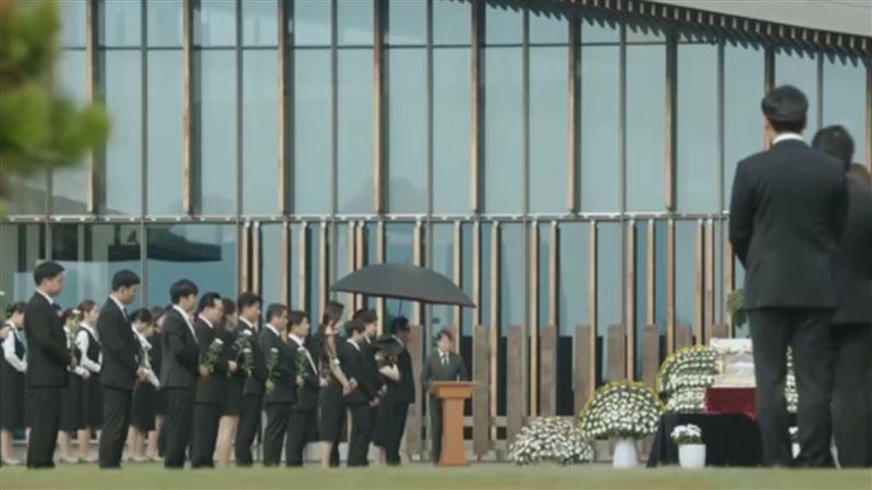 韓國魚葬禮超壯觀!高官排站嚴肅獻花
