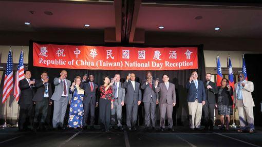 紐約雙十酒會  12友邦代表出席駐紐約辦事處7日舉辦中華民國108年國慶酒會,處長徐儷文(左6)、馬紹爾群島外交部長席克(左7)與友邦駐聯合國官員合影。中央社記者尹俊傑紐約攝  108年10月8日