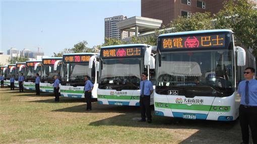 台南第4條電動公車路線5日營運台南市第4條電動公車70路路線中華環線5日正式營運,車輛4日在啟航儀式中亮相。中央社記者楊思瑞攝  108年3月4日