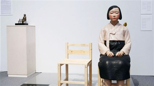 日本國際藝術節「愛知三年展2019」展出韓國雕刻家夫婦金曙炅與金運成所做的和平少女像,因為涉及日韓慰安婦議題惹議,日前被迫中止展覽。經協商後8日重新恢復展出。(圖/中央社/共同社提供)