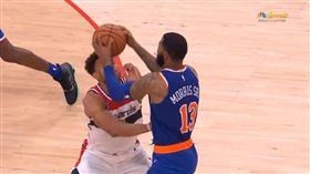 Morris直接拿球砸Anderson的頭部。(圖/翻攝自YouTube)