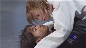 吳思賢(小樂)與項婕如的柔術橋段被說是「撩妹摔」。