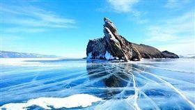 貝加爾湖冬季限定的藍冰、氣泡湖、冰裂奇景。(圖/shutterstock.com)