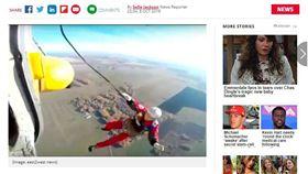 俄羅斯一名經驗豐富的救難人員日前在進行跳傘訓練時,因降落傘失靈未開啟,不幸從2625呎(約800公尺)處墜地,當場傷重不治。而整起事件已經交由警方開始調查,不排除往刑事方向偵辦。(圖/翻攝自每日星報)