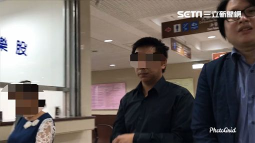 張子彥(中)被控闖入女廁偷拍並肉搜高達700名女子,在律師及母親陪同下出庭,面對追問不發一語。(圖/記者楊佩琪攝)