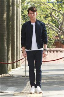 溫昇豪出席視障關懷服務公益記者會並體驗視障者行走時的困難狀況。(圖/記者林士傑攝影)