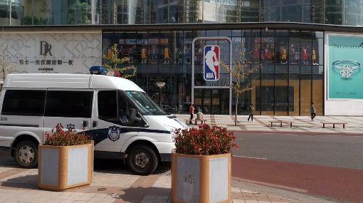 NBA北京旗艦店直擊(3)NBA風波在中國持續延燒,位在北京鬧區王府井大街的NBA北京旗艦店生意被波及,9日下午的門前十分冷清,只見大門對面有警車停靠。中央社記者邱國強北京攝 108年10月9日