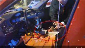 車禍,自撞,圍欄,插入,身體,女駕駛,BMW,貫穿