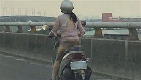 快速道路,騎士,走光,內褲,機車,路況 圖/翻攝爆廢公社