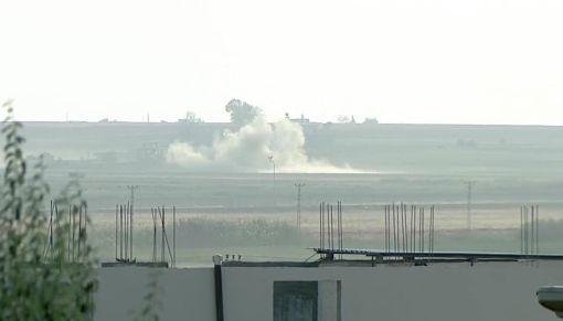 土耳其派兵入敘利亞 發起和平之泉行動(2)土耳其總統艾爾段9日宣布發起「和平之泉行動」,敘利亞拉卡省特爾阿布雅德鎮受到砲擊。圖攝自土耳其尚勒烏爾法省阿克恰卡萊鎮。(Ahmet Keyif提供)中央社記者何宏儒安卡拉傳真   108年10月9日
