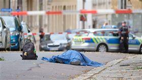 德國東部城市哈雷今日發生槍擊案,造成2人喪命,有一名凶嫌被捕,賽德情報集團(SITE)表示,槍手在發動攻擊時一面攝影,並將影片上傳到網路上。(圖/翻攝自美聯社)https://apnews.com/1ffa8eb5cbb244f3bab1444bfabb9a66/gallery/39c7aa02ac2546ee8d02dd47cd9289a9