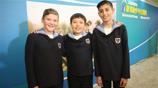 維也納少年海頓團唯一台灣男孩(2)連續15年訪台的維也納少年合唱團,今年團員中有一名台灣男孩巴湧恩(中)。從小學鋼琴的巴湧恩,10歲考進維也納少年合唱團,現在11歲,他說,「因為我喜歡唱歌,聽說維也納少年合唱團很有名,就來學習」。中央社記者張新偉攝 108年10月9日