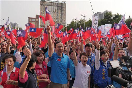 朱立倫,盧秀燕,台中國慶升旗,朱辦提供