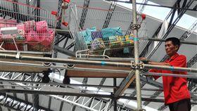 台灣設計展雲霄推車  布袋戲台師傅搭建(1)2019台灣設計展5日起在屏東登場,主展區打造有「雲霄推車」超級市場,這個環繞整場的飛車軌道是由布袋戲台師傅吳泳興搭建,他說,自己平常就喜歡設計東西,設計是生活中的一部分,所有的人都能參與其中。(策展團隊提供)中央社記者郭芷瑄傳真  108年10月9日