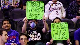 NBA/撐香港…費城夫婦遭保安帶走 NBA,中國,反送中,香港,言論自由,費城七六人 翻攝自推特