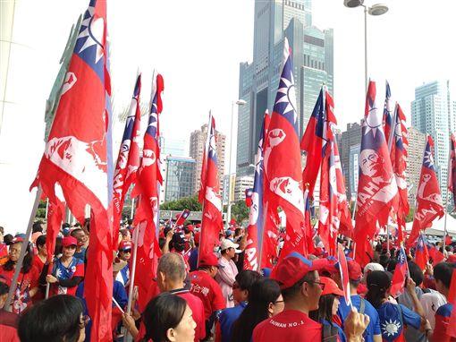 韓粉拿印有韓國瑜頭像的國旗引發爭議,臉書「高雄點」