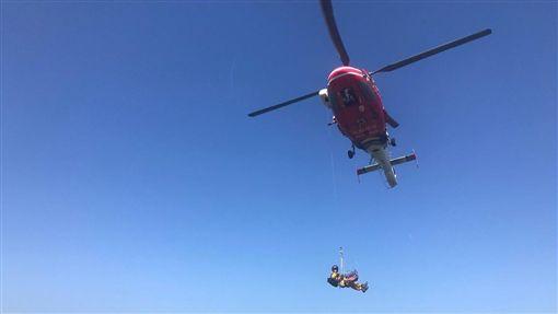 國搜中心派遣直升機前往七星山東峰,將鄭姓男子及其妻子送至台北榮總就醫(翻攝畫面)