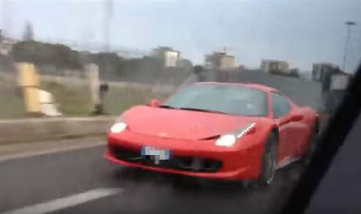 1400萬法拉利狂飆!雨天超車打滑 「螺旋式狂轉」全毀(圖/翻攝自YouTube)