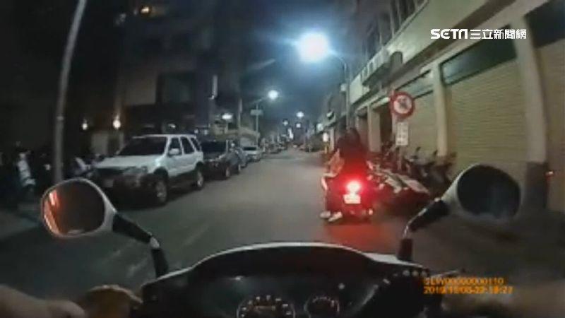 辣妹大街搞5貼!騎機車載4人 慘吃7千多元罰單
