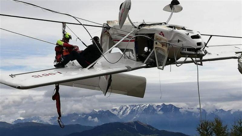 超強運!飛機「撞纜線」慘被倒掛在空中 乘客坐機翼待救援